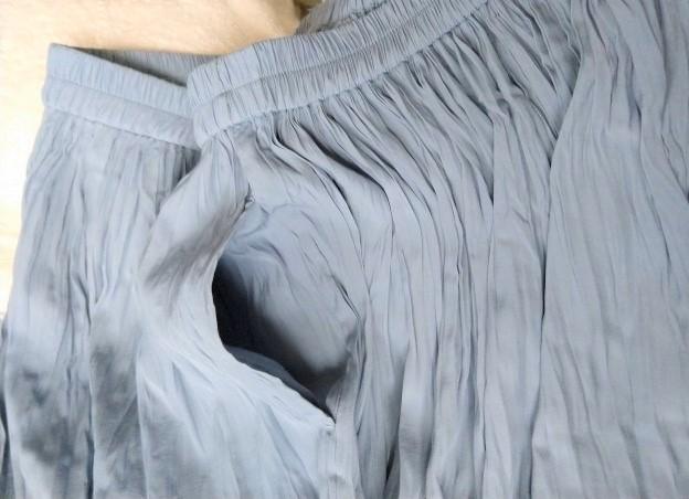 ユニクロのサテンスカートパンツのポケットを開いている様子